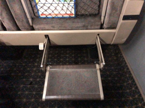 783系電車グリーン車のフットレストを回した状態