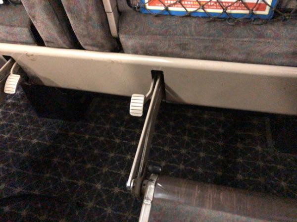 783系電車グリーン車のフットレスト横のレバー