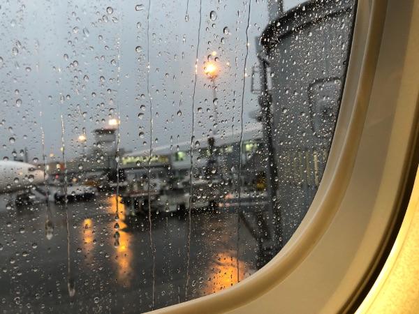 鹿児島空港に駐機中の機内から見た鹿児島空港