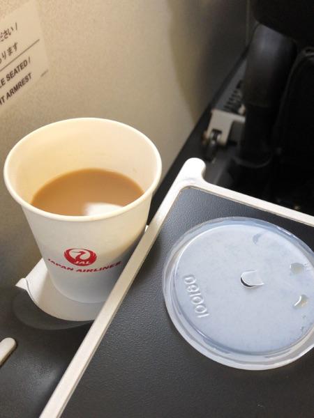 JAL2411便でのカップ置きの使用例