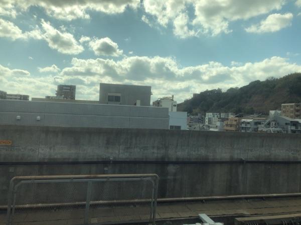 鹿児島中央駅発車直後の車窓からの風景
