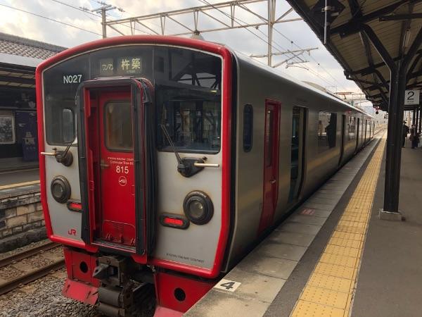 杵築駅に到着した815系電車