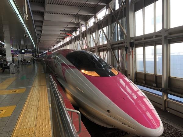 博多駅に停車中のキティちゃん新幹線