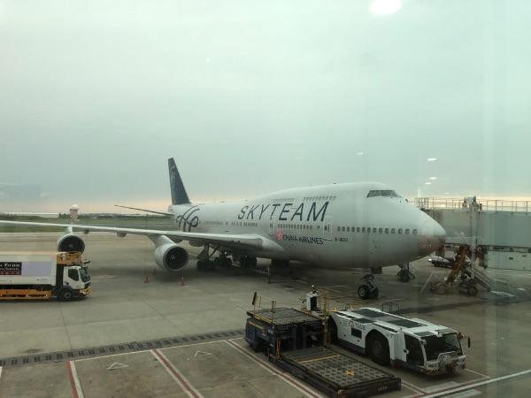 台湾桃園国際空港に駐機中のCI 120便
