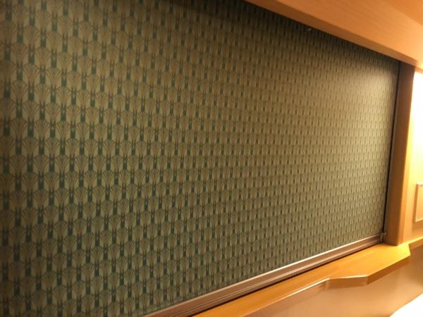 ソロ下段のブラインドを閉めた窓