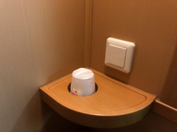 紙コップと室内灯スイッチ