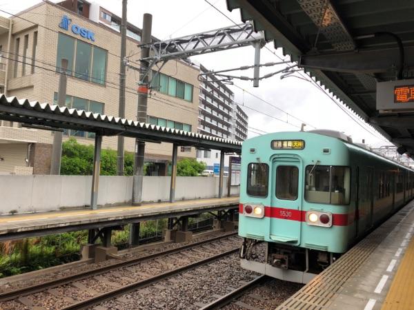 紫駅に到着した西鉄5000形電車