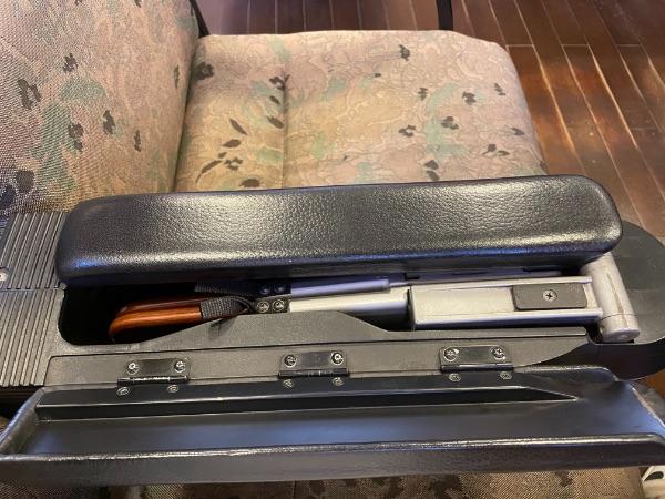 指宿のたまて箱1号車(予備車)の座席肘掛けに収納されたテーブル