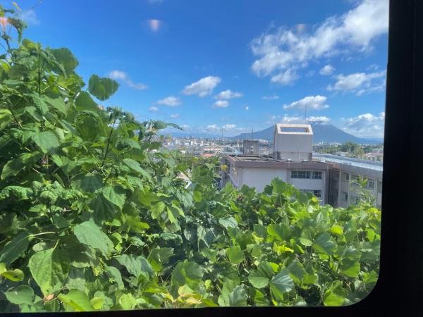 指宿のたまて箱1号から見た鹿児島市街地と桜島
