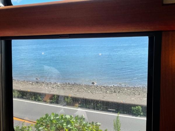 指宿のたまて箱から見た国道226号と鹿児島湾