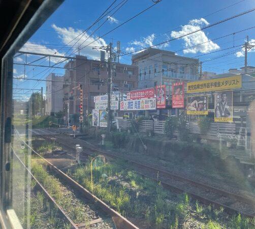 鹿児島中央駅南の踏切に掲げられた東京五輪メダリスト祝福の横断幕