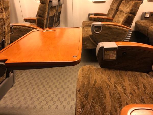 新幹線みずほ・さくらの普通車指定席のテーブルと座席