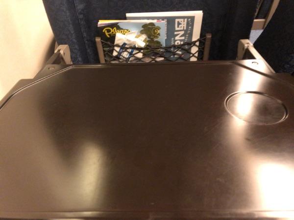 さくら567号グリーン車の背面テーブル