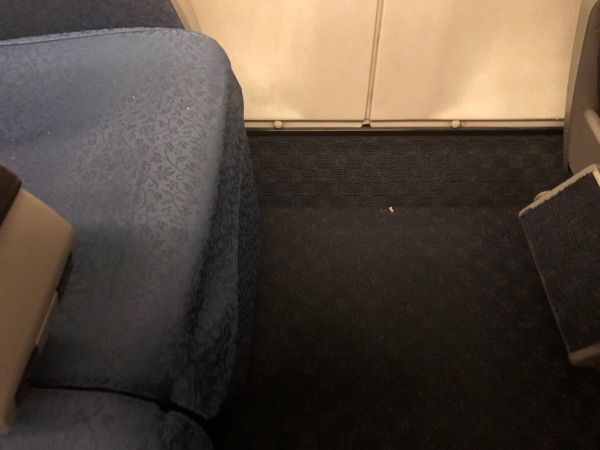 N700系のグリーン車の一番閉じた状態のレッグレスト
