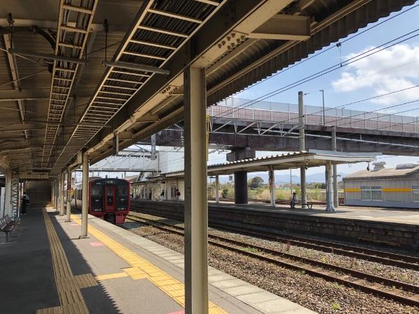 遠賀川駅を出発した813系電車