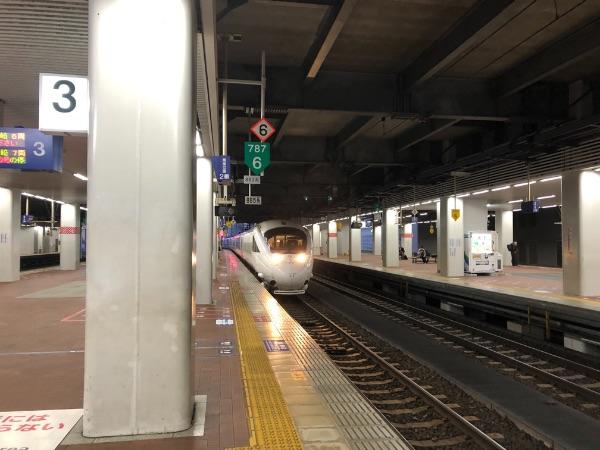 博多駅3番のりばに到着したかもめ3号