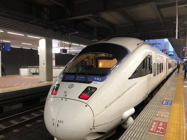 博多駅3番のりばに到着したかもめ3号の正面
