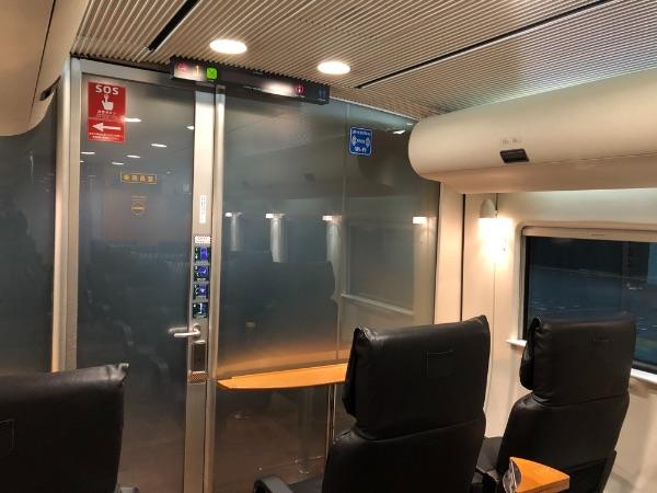 博多駅に停車中のかもめ3号の運転席との間のガラス