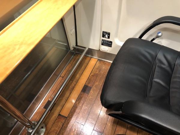 885系電車グリーン席最前列のテーブルと棒