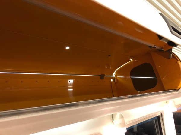 885系電車グリーン席の収納スペースを開いた状態