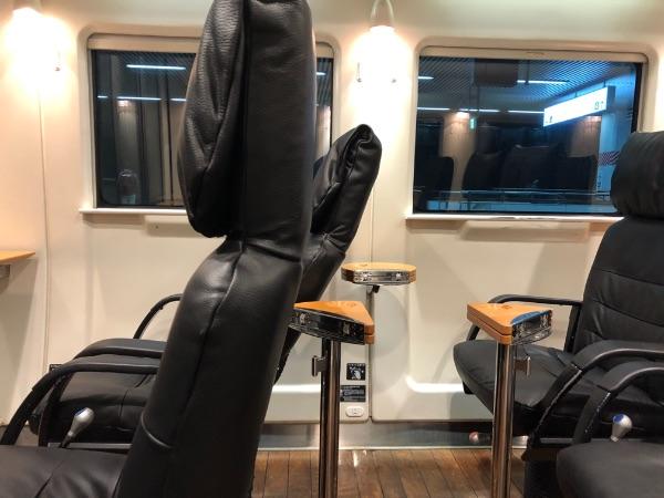 座席を倒した状態の885系電車グリーン席