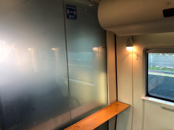 885系電車運転席のガラスに貼られたFREE Wi-Fiのステッカー