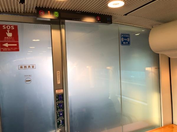 スモーク状態の885系電車運転席とグリーン車の間のガラス