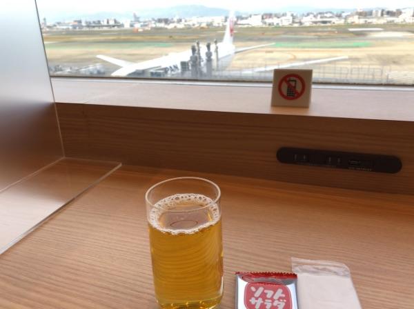 福岡空港国内線JALサクララウンジとコップに注いだ飲み物など