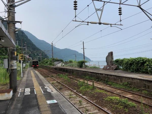 竜ヶ水駅を出発した817系電車