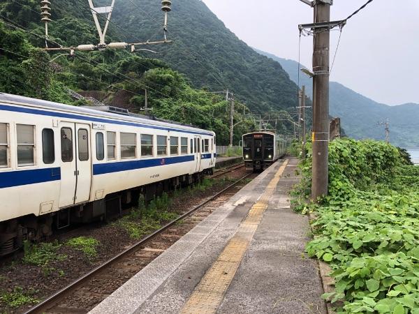 竜ヶ水駅に到着した普通列車