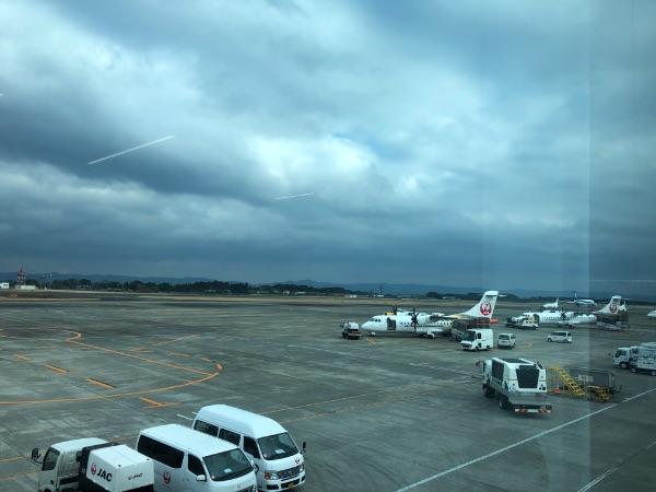 鹿児島空港国内線ターミナルビルから見たATR42-600