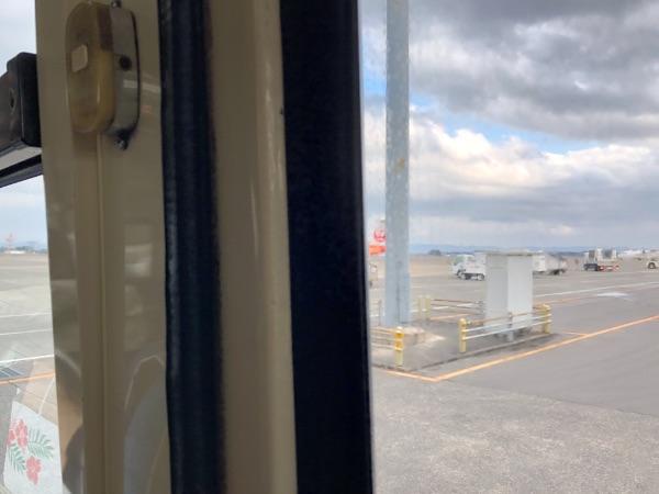 鹿児島空港12番搭乗口から出発するバス