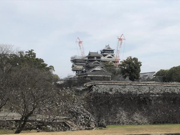 少し離れたところから見た熊本城の天守閣