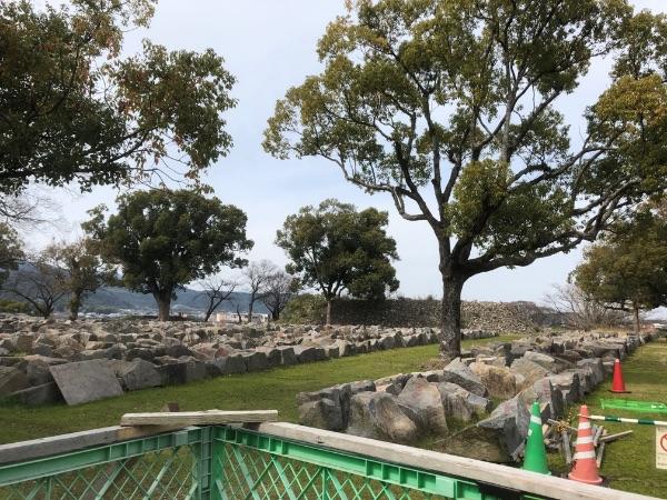 復旧工事のために置かれている石垣用の石
