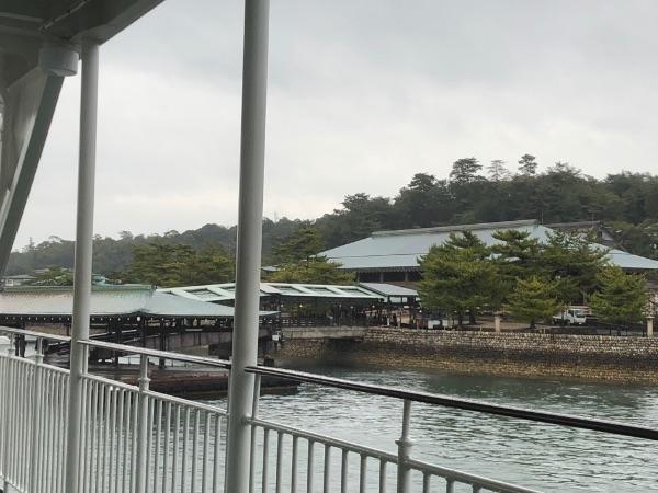 宮島港に到着前のななうら丸