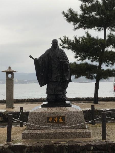 瀬戸内海に面した位置にある平清盛像