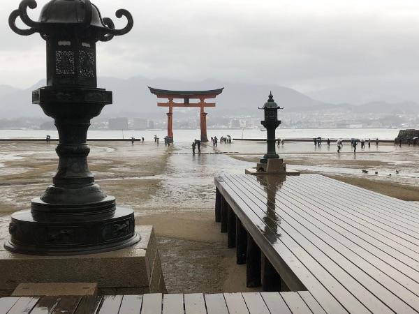 厳島神社の社殿の平舞台の近くから眺めた大鳥居