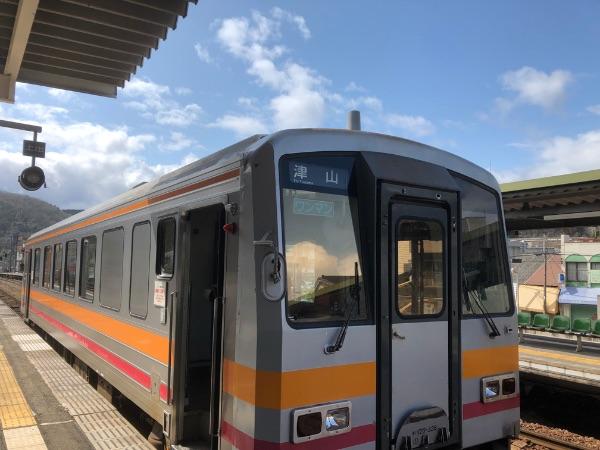 佐用駅に停車中のキハ120系気動車