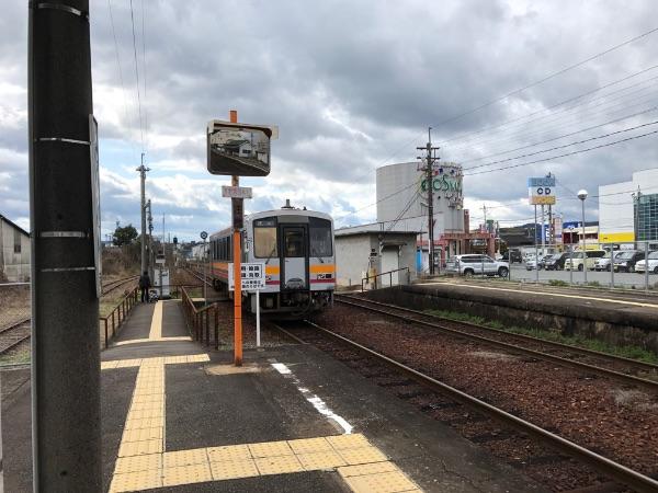 東津山駅を出発したキハ120系気動車