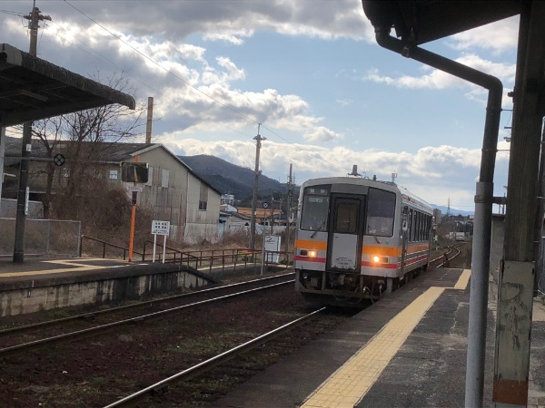 東津山駅に到着したキハ120系気動車