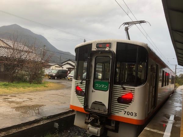 出雲大社前駅に停車中の7000系電車