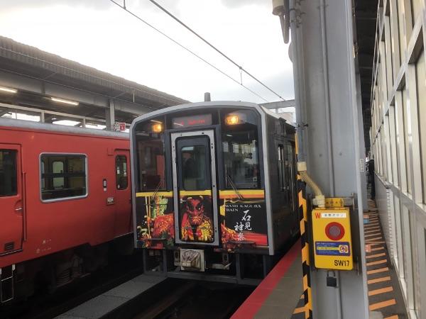 出雲市駅に停車中のキハ126系気動車石見神楽ラッピング車