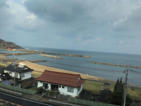 車窓から見える日本海