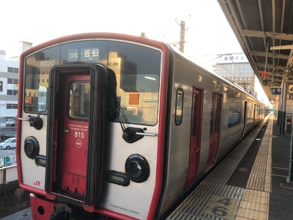中津駅に停車中の815系電車
