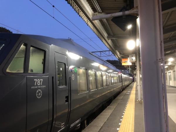 787系電車の1号車を前方から見た様子