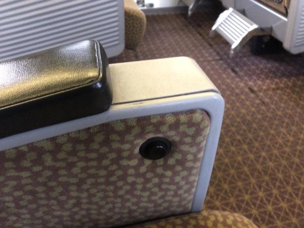 左側の座席調節ボタン