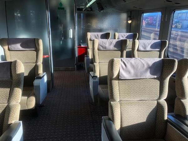 延岡駅到着時の787系電車グリーン車の様子