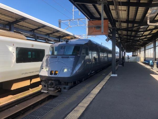 西都城駅に到着した787系電車