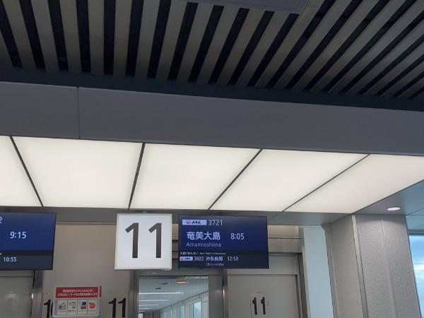 鹿児島空港11番搭乗口のJAL3721便の案内
