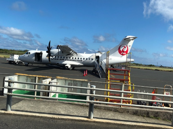 搭乗口を出たところから見たJAC3804便